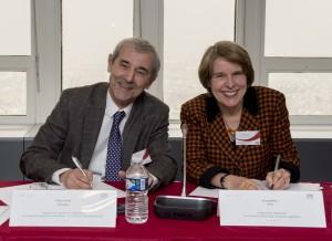 Pierre Cardo, président de l'Araf et Anna Walker, son homologue de l'Office of rail regulation, ont signé un accord de corégulation économique du tunnel sous la Manche, lundi 16 mars 2015 à Paris.