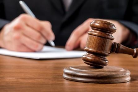 Une commission indépendante du collège de l'Arafer et composée de trois magistrats, prononce les sanctions.